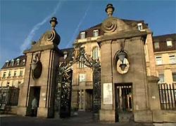 Ein Bild, das den Haupteingang des Universitätsklinikums Mannheim zeigt