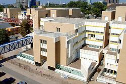 Ein Bild, das das Gebäude des Haupteingang des Kinderzentrumuns der Urologie des Universitätsklinikums Mannheim zeigt